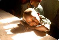 Afrikaanse kind rust op zijn handen