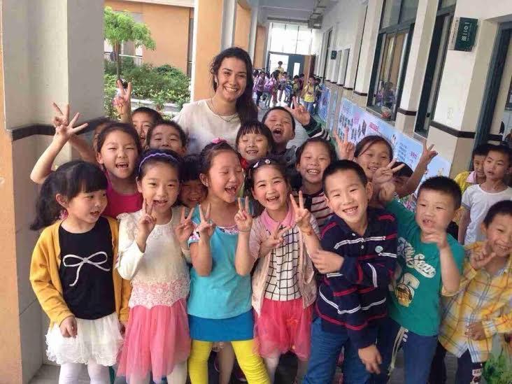 aziatische kinderen poseren voor foto